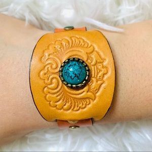 Handmade leather bracelet with turquoise stone